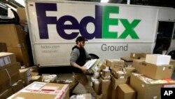 El mal tiempo y el alto número de envíos puso en aprietos a las compañías de entrega de paquetes en esta temporada navideña.