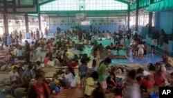 Dân chúng Philippines chạy tránh bão Hugupit tại một trung tâm tạm cư ở ngoại ô thành phố Quezon, 9/12/14