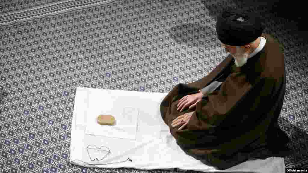 """آیت الله علی خامنه ای همزمان با تنش ها بین ایران و عربستان سکوت کرده است. دو روز پیش و بعد از اعدام شیخ نمر توسط عربستان، آقای خامنه ای در اظهاراتی تاکید کرد""""بدون تردید، دست انتقام الهی، گریبان سیاستمداران سعودی را خواهد گرفت"""". بعد از این اظهارات تجمع مقابل سفارت عربستان صورت گرفت که به قطع رابطه عربستان با ایران منجر شد. با اینکه امروز آقای خامنه ای با ائمه جمعه دیدار داشت، اما اشاره ای به تنش ایران و عربستان نکرد. عکس از سایت leader.ir"""