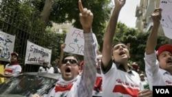Demonstrasi anti-pemerintah Suriah berlangsung di luar kedutaan besar Suriah di Kairo, Mesir.