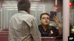 Petugas imigrasi AS memeriksa paspor seorang wisatawan di bandara di kota Las Vegas, Nevada (foto: dok).