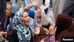 Sanak-saudara para terdakwa menjerit histeris dan sebagian pingsan setelah vonis hukuman mati oleh pengadilan di Minya, sebelah selatan Kairo, Senin (28/4).
