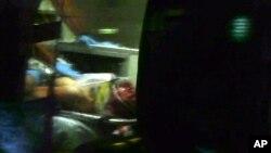 Nghi can Dzhokhar Tsarnaev trên xe cứu thương sau khi bị bắt ở Watertown, Massachusetts, ngày 19/4/2013.