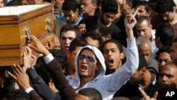 خويشان و همكاران محمد ردا، 19 ساله، در مراسم تدفین