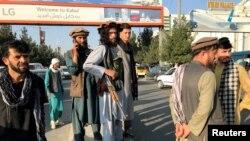افغانستان کے حامد کرزئی انٹرنیشنل ائرپورٹ پر طالبان جنگجو نگرانی کر رہے ہیں (رائٹرز)