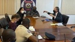El enviado especial de EE. UU. para Haití, Daniel Foote, en una reunión con el jefe de la Policía Nacional Leon Charles, la embajadora de EE. UU. Michele Sison y un oficial de policía en Haití, en esta imagen publicada por la policía nacional en Twitter el 24 de julio de 2021.