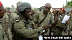Des gendarmes camerounais arrivent dans la ville anglophone de Buea au Cameroun, le 9 janvier 2020. (M. Kindzeka / VOA)