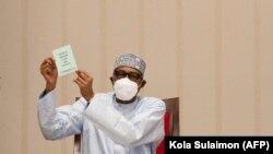 Rais wa Nigeria Muhamamadu Buhari akionyesha cheti cha chanjo ya corona.