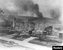 سیاہ فام امریکیوں کے نذرِ آتش کیے گئے مکانات۔ فائل فوٹو