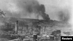 Дымящиеся руины домов афроамериканцев в Талсе, штат Оклахома. 1921г.