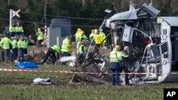 Les équipes de secourent en plein travail après un déraillement de train dans l'est des Pays-Bas, près de Dalfsen, Pays-Bas, 23 fevrier 2016.