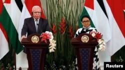 Menlu Palestina Riyad al-Maliki (kiri) dan Menlu RI Retno Marsudi dalam konferensi pers bersama di kantor Kemlu RI di Jakarta, Selasa (16/10).