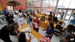 지난 10월 미국 플로리다 주 마이애미 시에서 열린 취업박람회에서 구직자들이 서류를 작성하고 있다.
