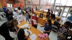 Para pencari kerja AS mengisi formulir dalam acara bursa karir di Miami, Florida (foto: ilustrasi).