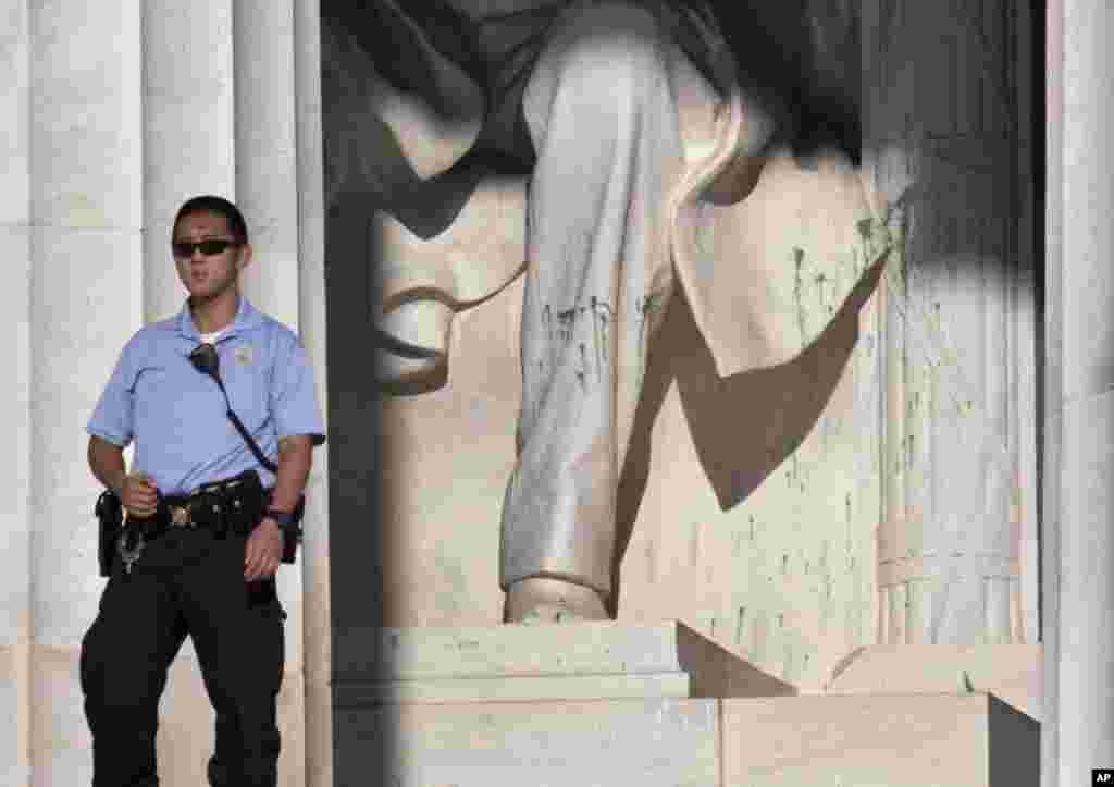 Un agente de la Policía de Parques de Estados Unidos de guardia junto al monumento Abraham Lincoln, en Washington, este viernes, luego de que un visitante manchara la estatua con pintura verde.