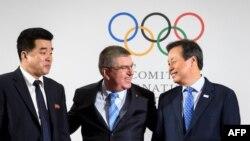 토마스 바흐 IOC 위원장(가운데)과 도종환 한국 문화체육관광부 장관(오른쪽), 김일국 북한 체육상이 20일 스위스 로잔 ICO 본부에서 북한의 평창올림픽 참가에 관한 회의 결과를 발표하고 있다.