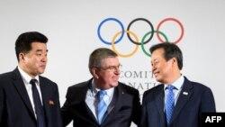 도종환(오른쪽) 한국 문화체육관광부 장관과 김일국(왼쪽) 북한 체육상이 지난 20일 스위스 로잔에서 토마스 바흐 국제올림픽위원회(IOC) 위원장과 만나고 있다. (자료사진)