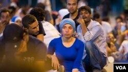 Những người di dân đang chờ đợi để được vào Croatia.