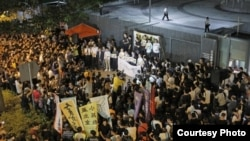 港人在政府总部外抗议DQ民主派议员 (苹果日报图片)