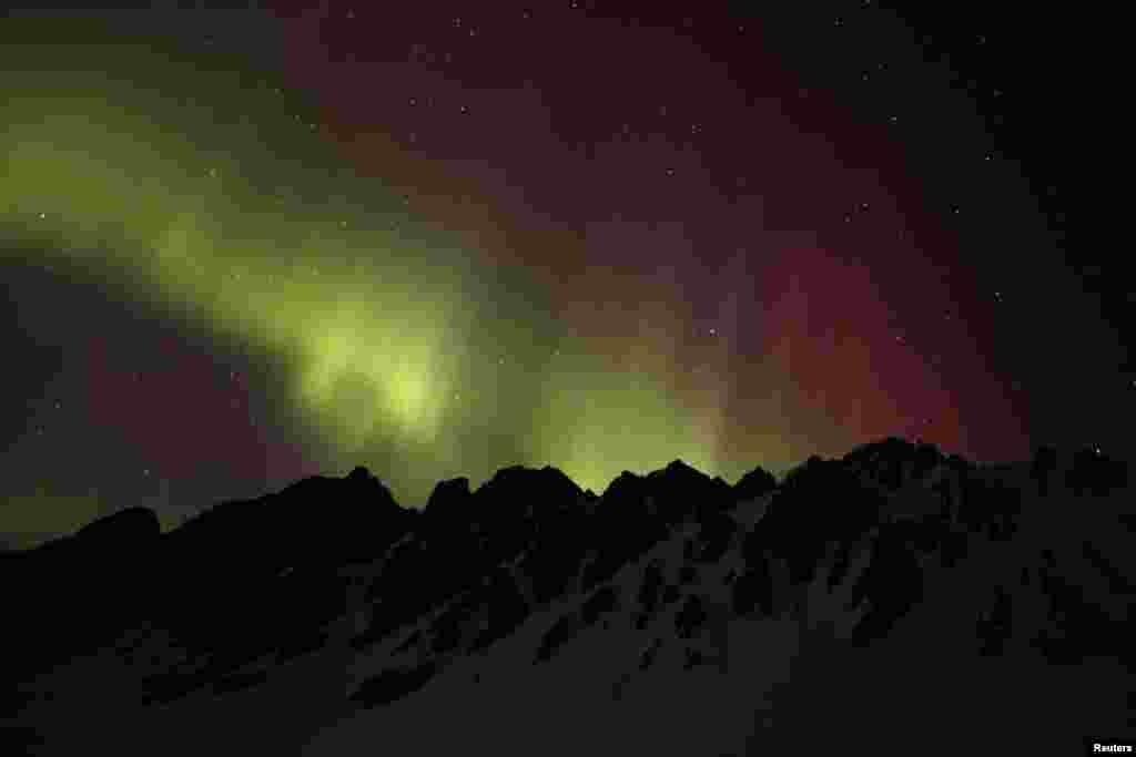 قطبی روشنیاں سورج سے خارج کردہ ذرات اور زمین کے مقناطیسی نظام کے ٹکراؤ سے پیدا ہوتی ہیں