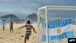 Navijači Argentine igraju fudbal na Kopakabani