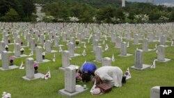 현충일인 지난 5일 서울 국립현충원의 한국전 전사자 묘역을 추모객들이 방문했다. (자료사진)