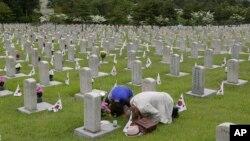 현충일인 지난 5일 한국 서울 국립묘지에 추모객들이 방문했다.