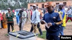 ປະທານາທິບໍດີປີແອ ແອັນກູຣຸນຊີຊາ ປ່ອນບັດ ໃນການລົງ ປະຊາມະຕິ ທີ່ໂຮງຮຽນ ເດີ ບຸຍເຢ (School Ecofo de Buye) ໃນເມືອງ ວູມບາ (Mwumba) ແຂວງ ໂງຊີ (Ngozi) ໃນພາກເໜືອຂອງບຸຣຸນດີ ວັນທີ 17 ພຶດສະພາ 2018.