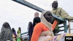 Para pengungsi yang meninggalkan negara bagian Nil Biru (foto: dok).