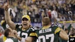 阿龙.罗杰斯和队友在终场时庆祝胜利