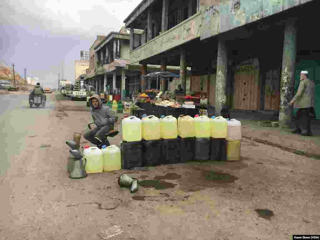 Musul'un doğusunda, Jazair mahallesindeki bir yolda gaz satan gen