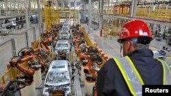 资料照:美国福特公司在中国重庆的一条生产线(2012年4月20日)