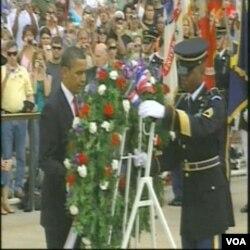 Svake godine predsjednik, ili podpredsjednik SAD polaže vijenac na Spomenik neznanom vojniku na Nacionalnom groblju nu Arlingtonu