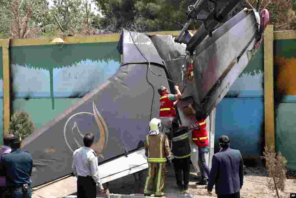 مأموران امداد در محل سانحه سقوط هواپیمای مسافربری متعلق به شرکت هوایی سپاهان - هواپیمای ایرانی که از روی الگوی هواپیمای آنتونف روسی- اوکراینی ساخته شده بود، لحظاتی پس از بلندشدن از باند فرودگاه مهرآباد به مقصد طبس، در نزدیکی فرودگاه به زمین سقوط کرد - تهران، ۱۹ مرداد ۱۳۹۳