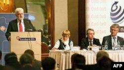 Premijer Srbije Mirko Cvetković govori na otvaranju o konferencije o pospešivanju izvoza srpskih firmi, u hotelu Hajat u Beogradu, 25. marta 2011.