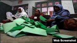 بلوچستان کے ایک پولنگ اسٹیشن میں ووٹوں کی گنتی کی جا رہی ہے۔ فائل فوٹو