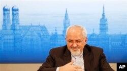 Menteri Luar Negeri Iran, Mohammad Javad Zarif, saat menghadiri diskusi panel kebijakan keamanan dalam Konferensi Keamanan ke-50 di Munich, Jerman (2/2).