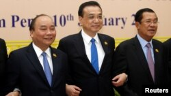 FILE- (L-R) Vietnam's Prime Minister Nguyen Xuan Phuc, Chinese Premier Li Keqiang, and Cambodia's Prime Minister Hun Sen, attend the second Mekong-Lancang Cooperation leaders meeting in Phnom Penh, Cambodia January 10, 2018.