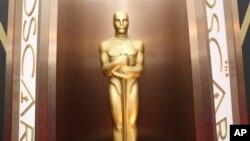 La statue des Oscars est posé dans le hall d'entrée du Dolby Theatre à Los Angeles, le 2 mars 2014.