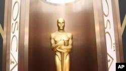 Une statue du prix du cinéma Oscar est exposée au théâtre des Oscars à Dolby, Los Angeles, 2 mars 2014.