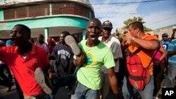 海地反政府示威者星期六在首都太子港舉行集會示威,逼迫總理洛朗.拉莫特辭職。