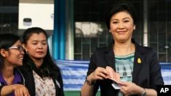 PM Thailand dan pemimpin partai yang berkuasa Pheu Thai, Yingluck Shinawatra saat mengikuti pemilu di Bangkok, 2 Februari 2014 (Foto: dok).