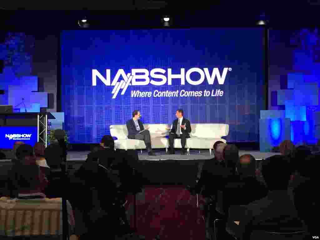 亚马逊公司Amazon数位视讯副总裁Michael Paull在美国国家广播电视协会(NAB)主办的2016全球跨媒体创新峰会上发表主题演讲,谈数位影像科技趋势。 (美国之音樊冬宁拍摄)