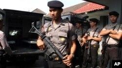 Para polisi melakukan pengawalan ketas atas Lapas Cebongan di Sleman, Yogyakarta (foto: dok). Menurut Kontras, tiga institusi yang paling sering melakukan penyiksaan adalah Polisi, TNI dan Sipir Lapas.