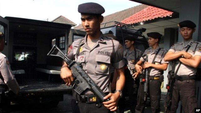 Para polisi melakukan pengawalan ketas atas Lapas Cebongan di Sleman, Yogyakarta pasca terjadinya serangan oleh beberapa orang bersenjata (23/3).