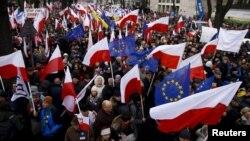 Поляки протестують проти спроб уряду встановити контроль над Конституційним трибуналом країни