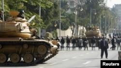 12일 이집트 카이로의 대통령궁 주변에 배치된 육군 탱크와 진압경찰.