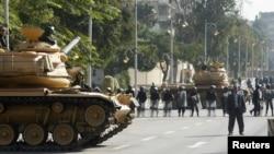 2012年12月12日星期三,埃及坦克和防暴警察在总统府外面戒备