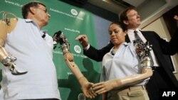 Праворуч: лікар Тод Кайкен демонструє як працюють нові біонічні протези