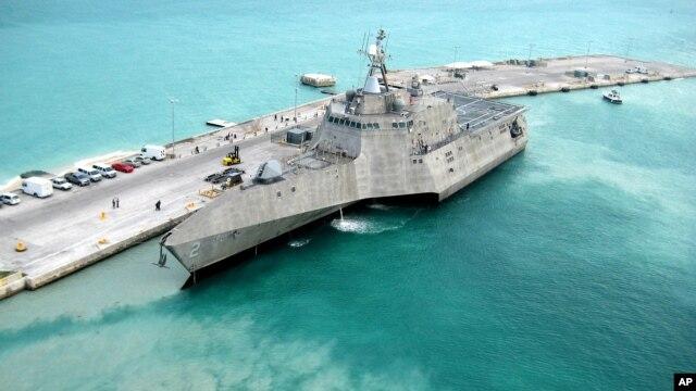 El portaviones USS Independence arriba a puerto en Key West, Florida, de camino a Norfolk , Virginia. La Fuerza Naval planear reciclar los colchones de varios portaviones para proteger el medio ambiente.